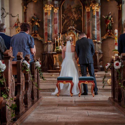 Hochzeit Aalen, Hochzeit Hofen, Kirche Hofen. St. Georg Kirche, St. Georg. Hochzeit 2019, Hochzeitsreportage, Hochzeitsfotografie, Janina Sanwald Fotografie, Kirchenbild, Brautpaar von hinten, Brautpaar
