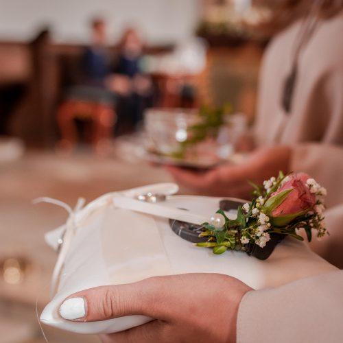 Hochzeit Ostalbkreis, Hochzeit Baden - Württember, Hochzeitsreportage, Hochzeitsfotografie, Kirche, Ringkissen, Hufeisen, Detailbild Hochzeit, Hochzeitsfotografin, Janina Sanwald Fotografie