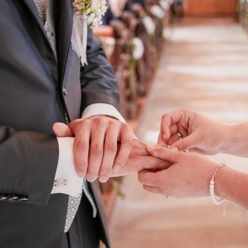 Hochzeit, Kirche, Hofen, Brautkleid, Anzug, Brautstrauß, Essingen, Remshalle, Janina Sanwald, Janina Sanwald Fotografie, Ringe anstecken